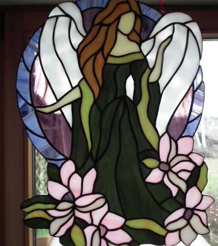Anioł w magnoliach, witraż
